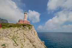Ο φάρος Faro Di Punta Carena στο νησί Capri, Ιταλία στοκ εικόνες