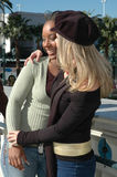 ο φίλος δίνει το αγκάλια&s Στοκ Φωτογραφίες