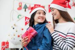 Ο φίλος κοριτσιών εραστών της Ασίας δίνει το δώρο Χριστουγέννων στο κόμμα Χριστουγέννων, ΓΠ της Ασίας Στοκ Φωτογραφίες