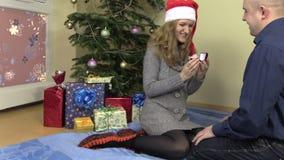 Ο φίλος προτείνει στη φίλη κοντά στο δέντρο έλατου Χριστουγέννων απόθεμα βίντεο