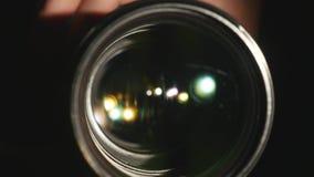 Ο φακός βιντεοκάμερων, που παρουσιάζει το ζουμ και έντονο φως, στροφές, κλείνει επάνω απόθεμα βίντεο