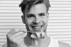 Ο φαλλοκράτης με το πρόσωπο χαμόγελου κρατά την κίτρινη ταινία μέτρου στο δίκρανο Στοκ Φωτογραφία
