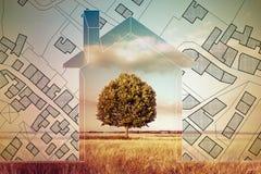 Ο φανταστικός κτηματολογικός χάρτης του εδάφους με τα κτήρια, οι δρόμοι και το αγροτεμάχιο με ένα σπίτι σκιαγραφούν και πράσινο δ στοκ εικόνες