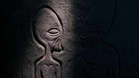 Ο φανός φωτίζει τον αλλοδαπό στην αιγυπτιακή τέχνη τοίχων απόθεμα βίντεο