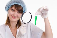 Ο φαρμακοποιός εξετάζει το υγρό σε έναν σωλήνα δοκιμής Στοκ φωτογραφίες με δικαίωμα ελεύθερης χρήσης