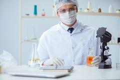 Ο φαρμακοποιός που αναμιγνύει τα αρώματα στο εργαστήριο Στοκ Εικόνα