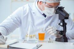 Ο φαρμακοποιός που αναμιγνύει τα αρώματα στο εργαστήριο Στοκ εικόνες με δικαίωμα ελεύθερης χρήσης