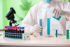 Ο φαρμακοποιός που εργάζεται στο εργαστήριο στο νέο πείραμα Στοκ Εικόνα