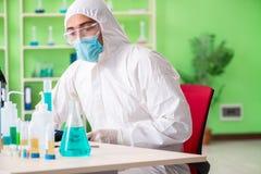 Ο φαρμακοποιός που εργάζεται στο εργαστήριο στο νέο πείραμα Στοκ Φωτογραφίες