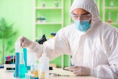 Ο φαρμακοποιός που εργάζεται στο εργαστήριο στο νέο πείραμα Στοκ Εικόνες
