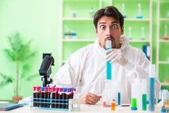 Ο φαρμακοποιός που εργάζεται στο εργαστήριο στο νέο πείραμα Στοκ φωτογραφία με δικαίωμα ελεύθερης χρήσης