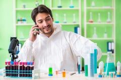 Ο φαρμακοποιός που εργάζεται στο εργαστήριο στο νέο πείραμα Στοκ εικόνα με δικαίωμα ελεύθερης χρήσης