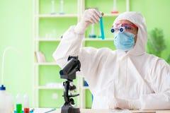 Ο φαρμακοποιός που εργάζεται στο εργαστήριο στο νέο πείραμα Στοκ φωτογραφίες με δικαίωμα ελεύθερης χρήσης