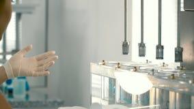 Ο φαρμακοποιός ρυθμίζει τον εργαστηριακό εξοπλισμό απόθεμα βίντεο