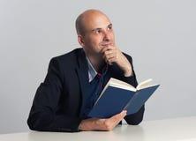 Ο φαλακρός τύπος διαβάζει ένα βιβλίο Στοκ Φωτογραφία