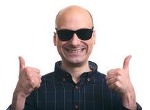 Ο φαλακρός τύπος παρουσιάζει αντίχειρες απομονωμένος Στοκ φωτογραφίες με δικαίωμα ελεύθερης χρήσης