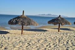 Ο φοίνικας οι ομπρέλες SAN Felipe, Baja, Μεξικό παραλιών Στοκ Εικόνες