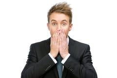 Ο φοβησμένος επιχειρηματίας καλύπτει το ανοικτό στόμα στοκ φωτογραφία με δικαίωμα ελεύθερης χρήσης
