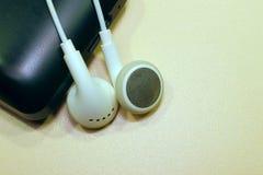 Ο φορέας ακουστικών, ακούει τη μουσική στα ακουστικά χαλαρώνοντας Στοκ εικόνα με δικαίωμα ελεύθερης χρήσης