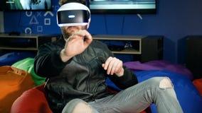 Ο φορέας βλέπει την εικονική πραγματικότητα για πρώτη φορά Ένας νεαρός άνδρας προσπαθεί να αρπάξει τη λαβή των ανύπαρκτων αντικει απόθεμα βίντεο