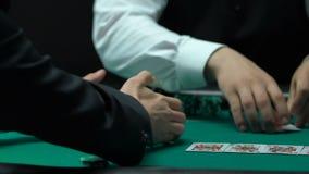 Ο φορέας εκθέτει δύο άσσους στο πόκερ, τσιπ κινήσεων κρουπιερών στο νικητή, κινηματογράφηση σε πρώτο πλάνο απόθεμα βίντεο