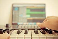 Ο φορέας πληκτρολογίων καταγράφει το τραγούδι στο σταθμό μουσικής υπολογιστών DAW Στοκ Εικόνες