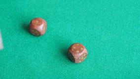 ο φορέας ρίχνει δύο ξύλινα χωρίζει σε τετράγωνα τρεις φορές στον πράσινο πίνακα φιλμ μικρού μήκους