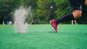 Ο φορέας συσσωρεύει και χτυπά τη σφαίρα ποδοσφαίρου Σε αργή κίνηση σχέδιο της Νίκαιας Όμορφο παιχνίδι απόθεμα βίντεο