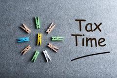 Ο φορολογικός χρόνος επιγραφής όπως την ανακοίνωση της ανάγκης να αρχειοθετηθούν οι φορολογικές επιστροφές, φορολογική μορφή Στοκ φωτογραφία με δικαίωμα ελεύθερης χρήσης