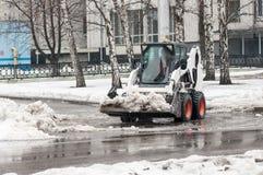 Ο φορτωτής αφαιρεί το χιόνι στοκ εικόνα με δικαίωμα ελεύθερης χρήσης