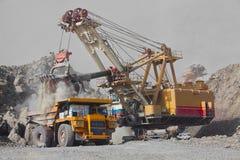 Εκσκαφέας και φορτηγό στο ορυχείο Στοκ φωτογραφίες με δικαίωμα ελεύθερης χρήσης