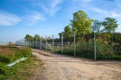Ο φράκτης που προστατεύει τα σύνορα μεταξύ της Ουγγαρίας και της Σερβίας Στοκ Φωτογραφίες