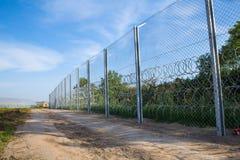 Ο φράκτης που προστατεύει τα σύνορα μεταξύ της Ουγγαρίας και της Σερβίας Στοκ φωτογραφία με δικαίωμα ελεύθερης χρήσης