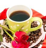 Ο φρέσκος καφές φλυτζανιών δείχνει νόστιμες ψημένο και την ανανέωση στοκ εικόνες με δικαίωμα ελεύθερης χρήσης