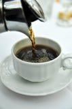 Ο φρέσκος καφές χύνει σε ένα φλυτζάνι καφέ Στοκ φωτογραφία με δικαίωμα ελεύθερης χρήσης