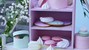 Ο φραγμός γαμήλιων καραμελών, διακοσμημένος πίνακας με τα γλυκά και τα λουλούδια, έψησε τα αγαθά φιλμ μικρού μήκους