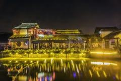 Ο φραγμός κατά μήκος του ποταμού τη νύχτα στοκ εικόνες