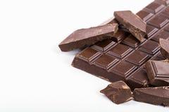 Ο φραγμός της μαύρης σοκολάτας και τα κομμάτια σοκολάτας κλείνουν Στοκ φωτογραφίες με δικαίωμα ελεύθερης χρήσης