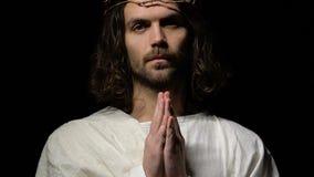 Ο φωνάζοντας Ιησούς Χριστός στην κορώνα των αγκαθιών που προσεύχεται το Θεό για τη συγχώρεση αμαρτωλών φιλμ μικρού μήκους