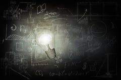Ο φωτεινός βολβός φωτίζει τα εικονίδια στον πίνακα κιμωλίας απεικόνιση αποθεμάτων