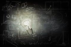 Ο φωτεινός βολβός φωτίζει τα εικονίδια στον πίνακα κιμωλίας ελεύθερη απεικόνιση δικαιώματος