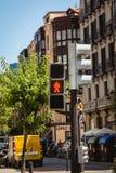Ο φωτεινός σηματοδότης παρουσιάζει κόκκινο φως για τους πεζούς στην Ισπανία Στοκ Εικόνες