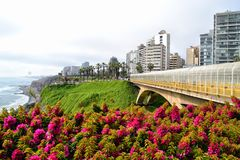 Ο φωτεινός φρέσκος Βορράς άποψης κατά μήκος της παράλιας Ειρηνικού Miraflores στη Λίμα, Περού στοκ φωτογραφία με δικαίωμα ελεύθερης χρήσης