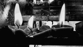 Ο φωτισμός κεριών στοκ φωτογραφία με δικαίωμα ελεύθερης χρήσης