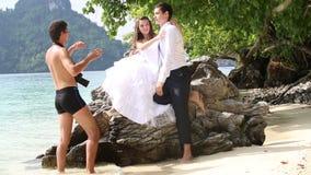 ο φωτογράφος λέει και καταδεικνύει στη νύφη και το νεόνυμφο πώς να θέσει απόθεμα βίντεο