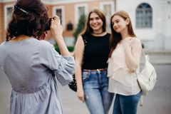 Ο φωτογράφος αρχαρίων παίρνει την εικόνα των προτύπων γυναικών Στοκ Φωτογραφία