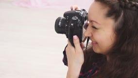 Ο φωτογράφος γυναικών παίρνει το βλαστό φωτογραφιών καμερών απόθεμα βίντεο