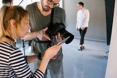 Ο φωτογράφος επικοινωνεί με το διευθυντή photoshoot Στοκ Φωτογραφία