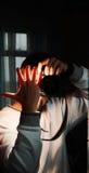 Ο φωτογράφος κλείνει τη λάμψη με το χέρι στοκ εικόνες με δικαίωμα ελεύθερης χρήσης