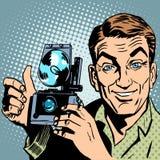 Ο φωτογράφος με την αναδρομική χειρονομία χεριών καμερών όλοι είναι ελεύθερη απεικόνιση δικαιώματος